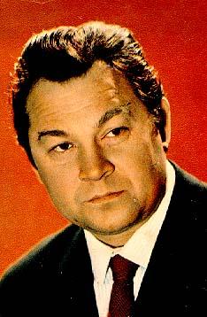 Окончил ВГИК (1951, мастерская С. Юткевича и М. Ромма).  С 1951 - актер Театра-студии киноактера.